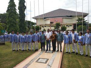 foto bersama Gub NTB dengan sepuluh wakil peserta KKN dari 10 kota_kab