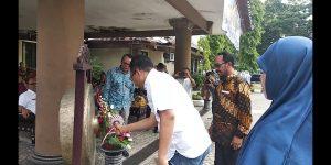 pemukulan gong pelepasan KKN Terpadu oleh Bapak Gubernur NTB